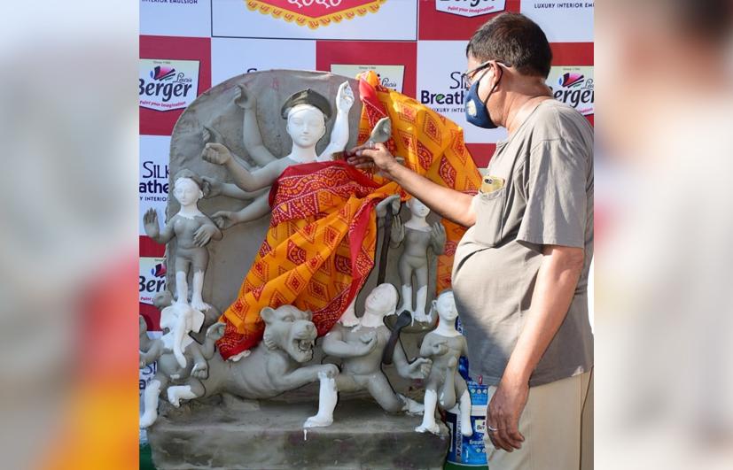 করোনা আবহে মৃৎশিল্পীদের রং বিতরণ বার্জার পেইন্টস কোম্পানি কর্তৃপক্ষের