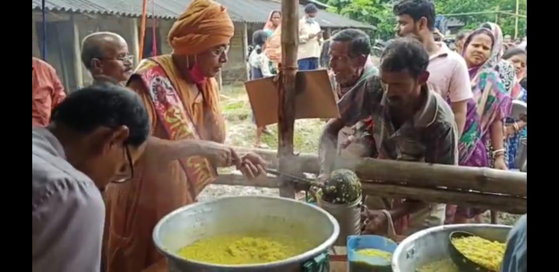 বন্যা কবলিত এলাকায় রান্না করা খাবার দিচ্ছে ভারত সেবাশ্রম