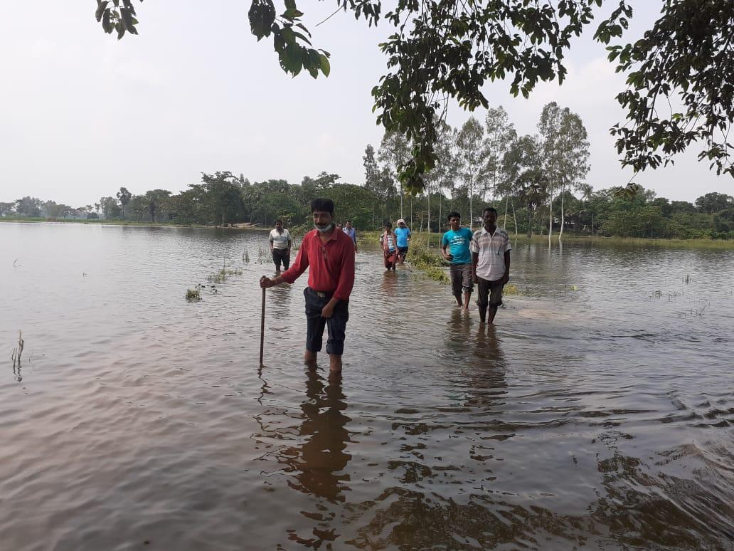 নদী বাঁধ ভেঙে প্লাবিত দক্ষিণ দিনাজপুর জেলার একাধিক গ্রাম