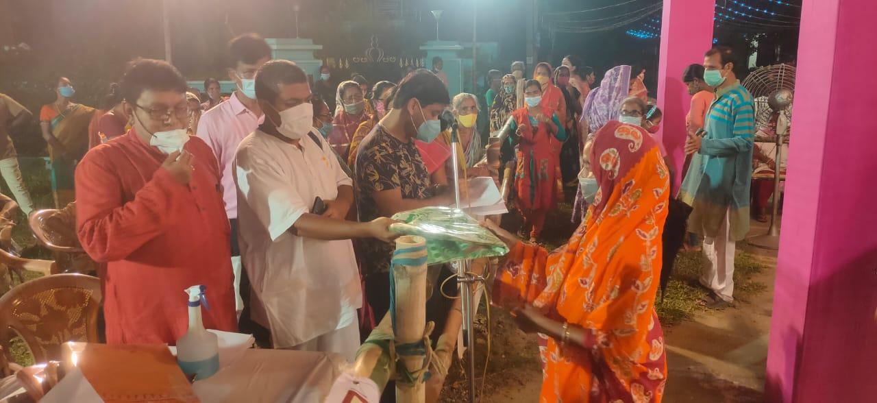 পুজোয় দরিদ্রদের বস্ত্রদান ভারত সেবাশ্রম সঙ্ঘের